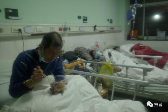 △1月22日,中南医院隔离区一病房,一新型冠状病毒患者在进食。