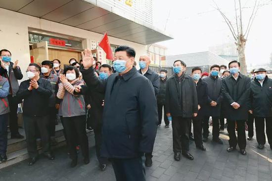 2020年2月10日,中共中央总书记、国家主席、中央军委主席 习近平。在北京调研指导新冠肺炎疫情防控事变。这是 习近平。在朝阳区安贞街道安华里社区,体会基层一线疫情联防联控情况。新华社记者 庞兴雷/摄