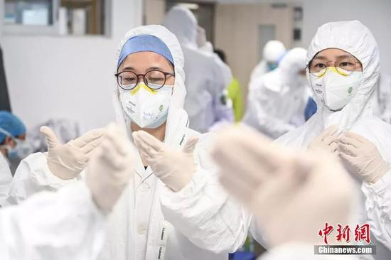 医护职员担当穿脱防护服培训。中新社记者 陈骥旻 摄