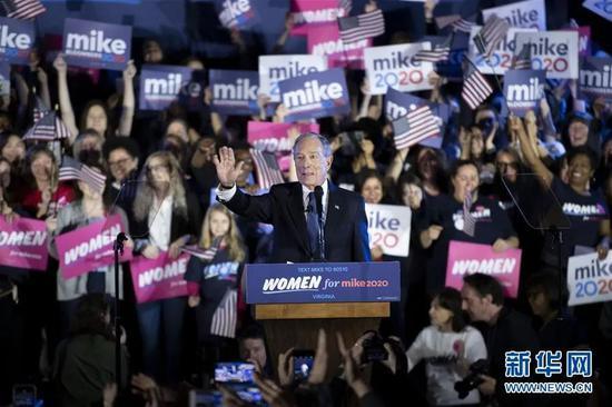 2月29日,美国总统选举民主党竞选人布隆伯格(前)在美国弗吉尼亚州麦克莱恩出席竞选活动。新华社记者 刘杰 摄