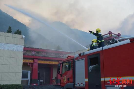 消防救济人员用喷水降温的方法抵抗火情
