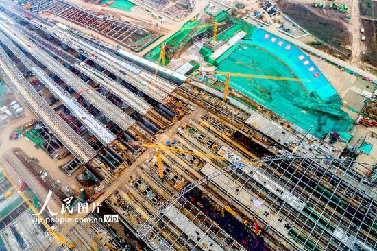 2020年5月8日,河北省雄安新区,京雄城际铁路雄安站施工现场,工人们正在加紧施工。