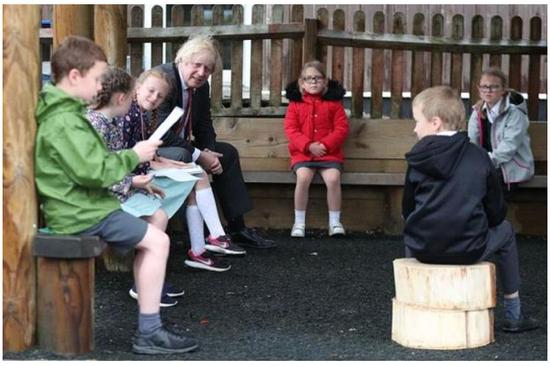 英国首相鲍里斯·约翰逊参加社交距离课程 图片来源《镜报》