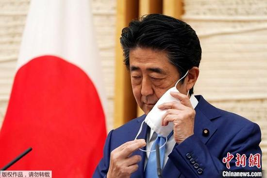资料图:新冠疫情期间的日本首相安倍晋三。