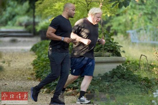 资料图片:英国首相鲍里斯·约翰逊(右)和他的教练哈里·詹姆森在慢跑。(英国《泰晤士报》网站)