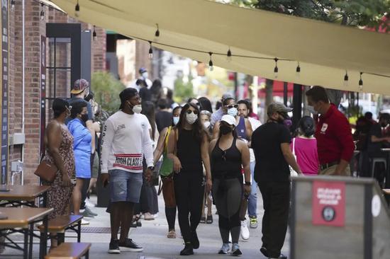 ▲9月7日,人们走在美国纽约的切尔西市场户外餐区。(新华社)