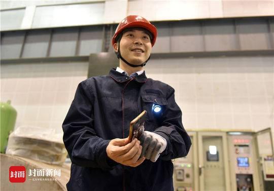 2018年5月8日,四川映秀湾电站,马元江前往检查水电站安全,新的义肢可以让他用左手拿手机。