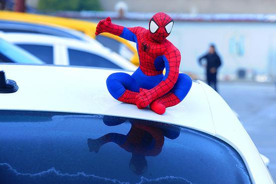 """车顶上的""""蜘蛛侠""""玩偶。视觉中国 资料"""