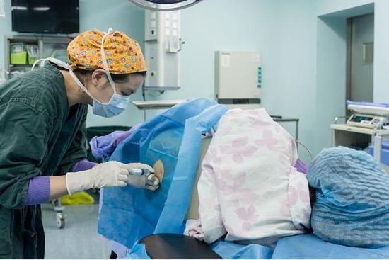 麻醉医生在为产妇做椎管内麻醉