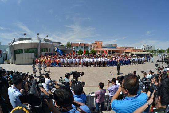 2013年06月11日, 神舟十号航天员 聂海胜 张晓光 王亚平在酒泉卫星发射中心参加航天员出征仪式        摄影:朱九通