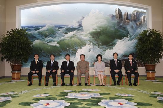 2018-08-16,朝鲜平壤,时任朝鲜领导人金正日(左四)与时任韩国总统卢武铉(左三)举行会谈合影留念。