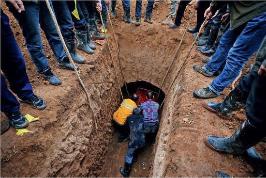 (资料图片)请了风水先生的殡葬,要看好穴位,选黄道吉日,灵柩入土时左右上下都要平衡,丝毫不能马虎。图/视觉中国