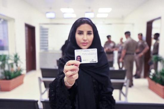 沙特女性展示驾照(图源:美联社)