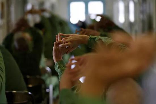 位于兵库县明石市的神户监狱,为了预防老年罪犯摔倒,专门开设了柔软体操课。