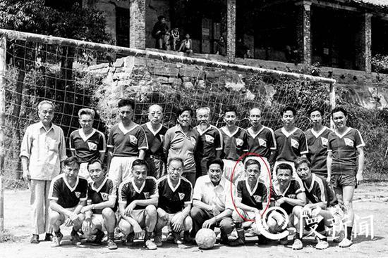 """时跨40年,1986年重庆""""东平""""足球队合影(前排右3为曹越华)。"""