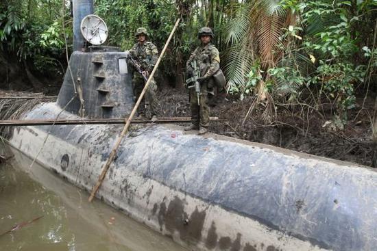 图为美国执法部门缴获的哥伦比亚毒枭运毒潜艇