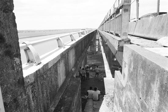 黄在学翻越大桥护栏不慎坠下。 本文图片均来自海南特区报