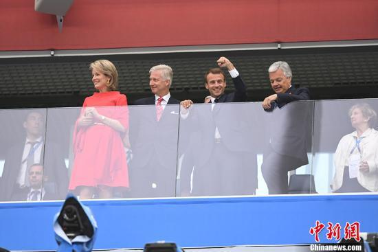 資料圖:在俄羅斯世界盃半決賽中,法國總統馬克龍、比利時國王菲利普和王后瑪蒂爾德到場爲各自球隊助威。鍾欣 攝