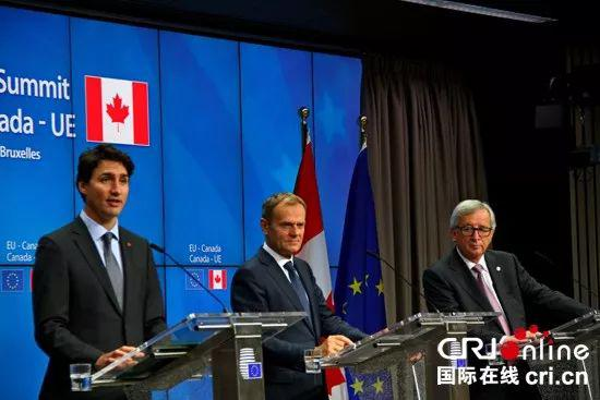 ▲资料图片:2016年10月,欧洲理事主席图斯克(中)、欧盟委员会主席容克(右)和加拿大总理特鲁多在欧加峰会结束后参加新闻发布会。