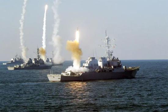 """▲藉助CEC系統,美、日多艘""""宙斯盾""""戰艦可共享作戰數據,實施協同攔截,能大幅削減敵軍飽和式攻擊的效果。圖爲美軍""""宙斯盾""""戰艦羣齊射""""標準""""艦空導彈資料圖。"""