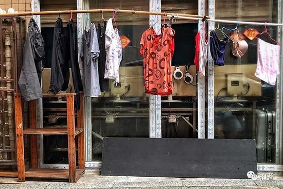 △ 网吧窗前的晾衣杆上晾挂着衣服。网吧一般处于巷子居民楼的一层或地下一层。楼上就是15元的床铺公寓。