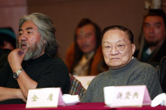 2005年,张纪中和金庸在浙江象山《神雕侠侣》剧组。图/视觉中国