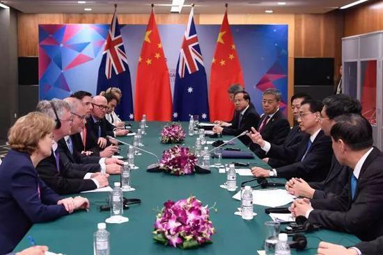 ▲11月14日晚,李克強總理與莫里森在新加坡會晤。(新華社)