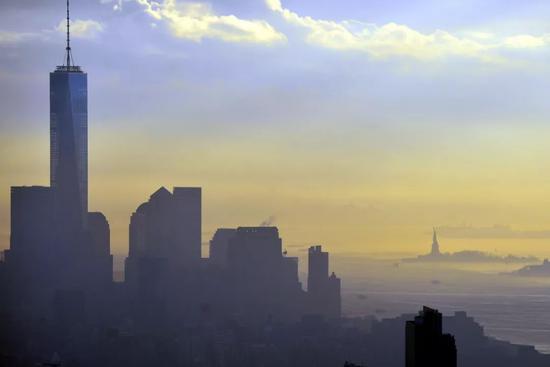 ▲資料圖片:這是2015年12月14日在美國紐約曼哈頓拍攝的濃霧籠罩下的新世貿中心和自由女神像。(新華社記者 王雷 攝)