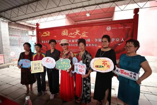 我们不抢座我们让座 这群北京大妈发出硬核宣言|标志牌|王飞