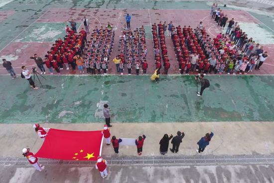 颠末12天严重的灾后规复,四川省汶川县三江镇三江小教的同窗们于9月2日重返校园,起头了新教期。图片滥觞:新华社