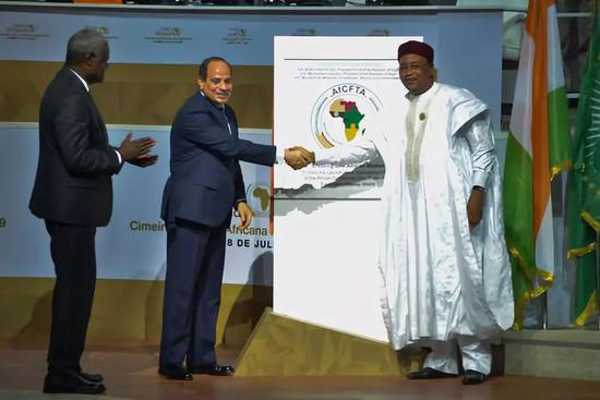 2019年7月7日,在尼日尔首都尼亚美,非盟轮值主席、埃及总统塞西(中)、非盟委员会主席法基(左)、尼日尔总统伊素福为非洲大陆自贸区揭牌。新华社发
