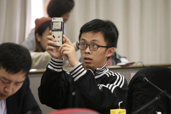 """香港泛暴派议员出席会议""""丑态百出"""" 遭当场质问"""