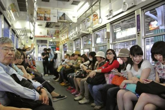 """日本一老人""""倚老卖老"""" 用纸张霸占整排列车座位"""