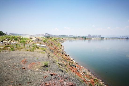滨湖新城岸线所见均为新填渣土