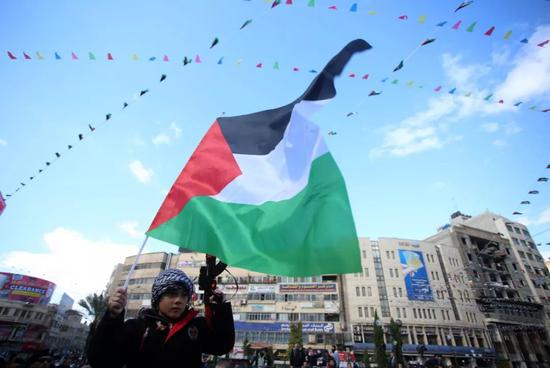 2017年12月7日,在约旦河西岸城市纳布卢斯,一名巴勒斯坦男孩参加抗议活动。 新华社发(艾曼摄)