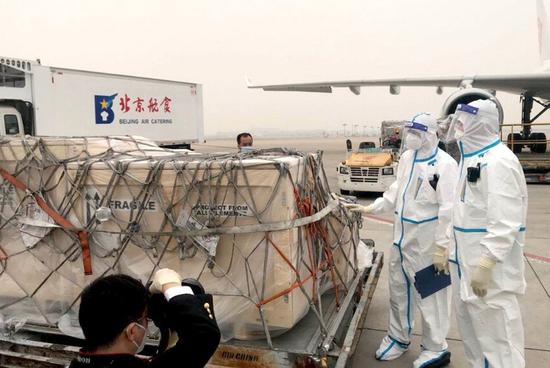 2020年10月20日,航班抵達北京首都國際機場后,在機坪執行監卸操作及消殺作業。馬孝辰 攝
