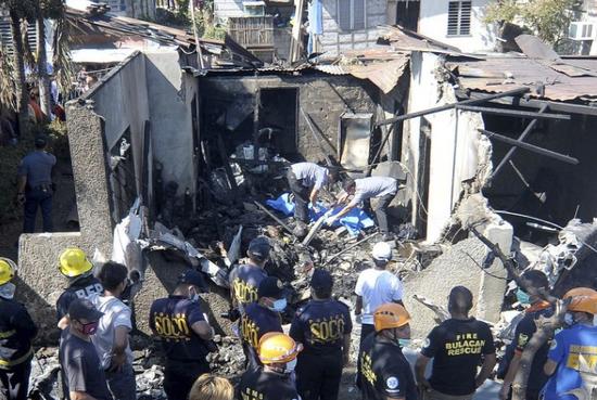 救援人员正在现场抢救。(图片来源:马尼拉时报)
