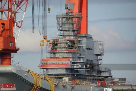 """▲图中可见舰岛上为大型相控阵雷达预留的安装口(红框处),位于桅杆最顶端的""""顶板""""三坐标对空搜索雷达则已安装完成。"""
