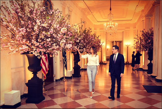 梅拉尼娅此前也在推特上发布了自己准备国宴的照片,并表示对此次国宴的举办十分期待。