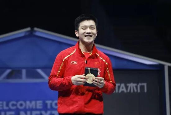 """图为樊振东获得本届世乒赛""""最佳运动员奖""""。"""