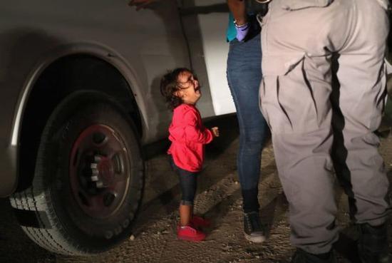 美国边境上哭泣的女孩