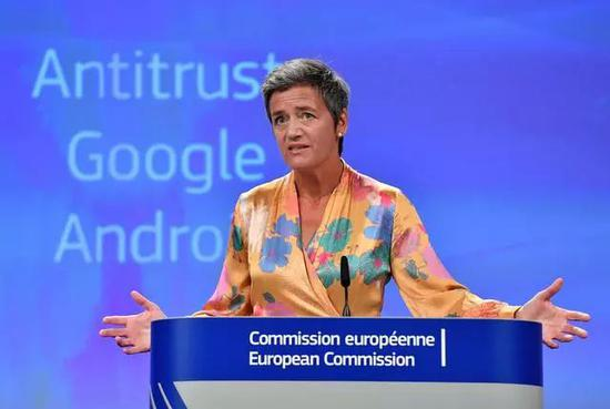 ▲歐盟競爭事務專員維斯塔格爾召開新聞發佈會。