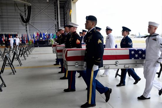 美军遗骸被送至夏威夷希卡姆空军基地
