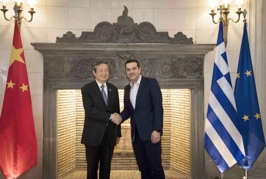 ▲材料图片:2017年12月8日,希腊总理齐普拉斯(右)在雅典会晤到访的中国国务院副总理马凯。