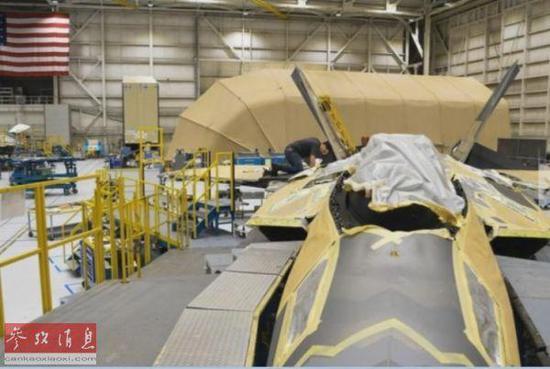 正在机库中进行维护的F-22隐身战机(合众国际社网站)。
