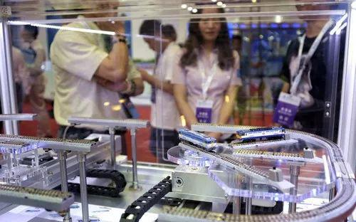 ▲资料图片:在2017年世界机器人大会上展出的智能交通系统模型