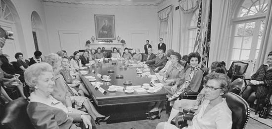 签署修正案第九条的美国时任总统尼克松与美国女性们。 尼克松基金会 资料图
