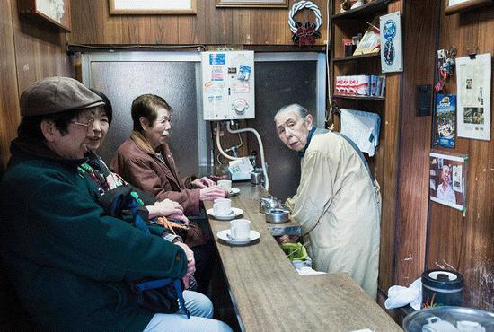 据东京一家研究机构的调查,即便是节衣缩食,一名有少量储蓄的日本退休人员,每年的生活成本仍然要比78万日元(约合4.62万元人民币)的基本养老金多出至少25%。图为东京的一所小店里,一位老人为生计忙碌。