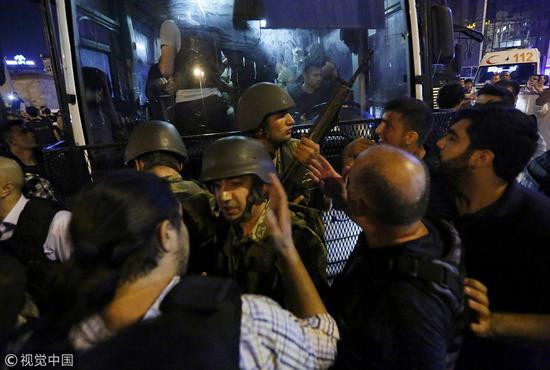 2016年7月土耳其军事政变被挫败,士兵交出武器(图:视觉中国)