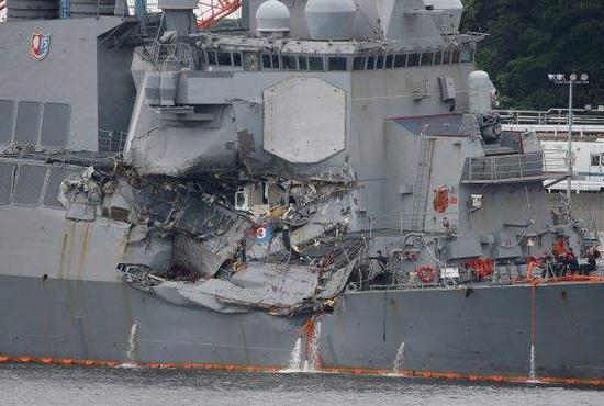 """资料图片:在撞船事故中严重受损的美海军""""菲茨杰拉德""""号驱逐舰。(图片来源于网络)"""